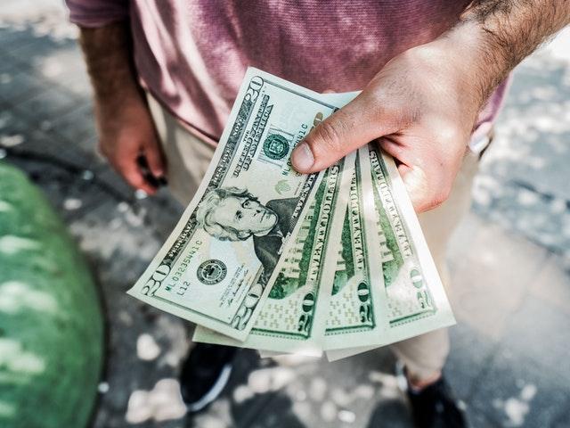 Pengar direkt i handen
