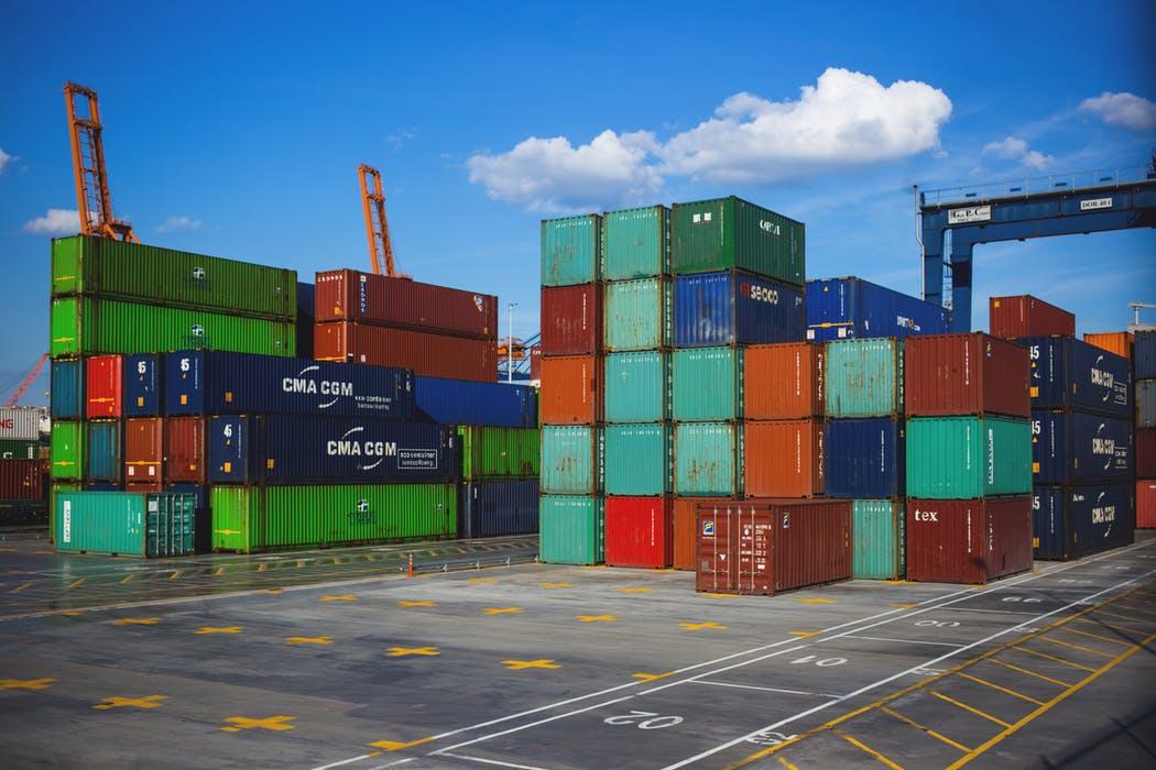 Containers uppstaplade i en hamn